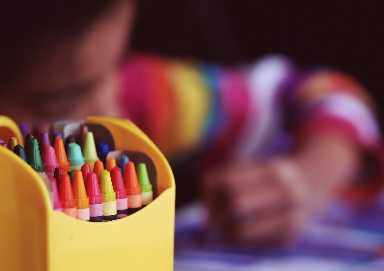Material Escolar: como um mesmo material pode custar até 3 vezes mais caro em diferentes lojas?